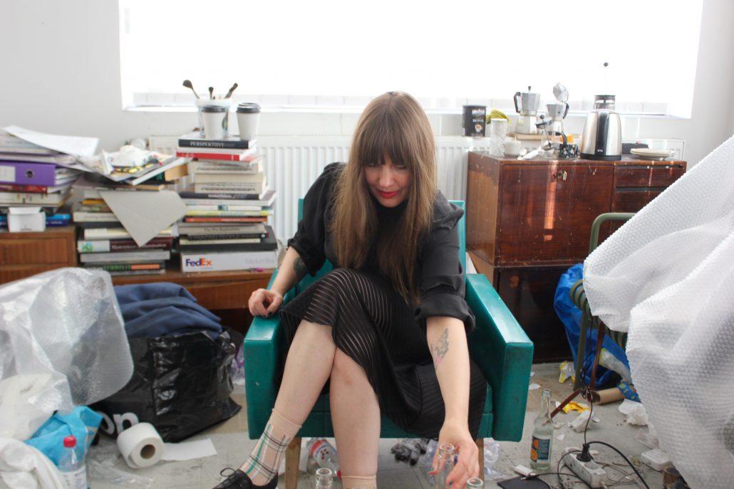 Hannaleena Heiska kuvattuna työhuoneella